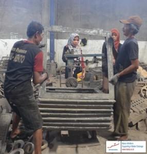Proses penimbangan grill manhole berau