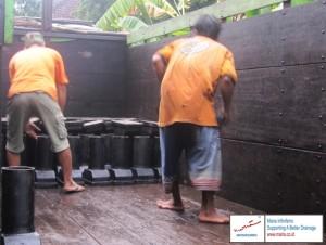 Proses pemuatan deck drain Jalan Tol Solo - Kertosono